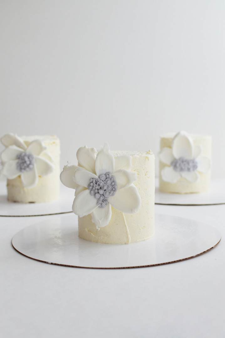 whiteflowercakes_01.jpg