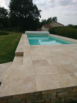 Plage de piscine en pierre naturelle