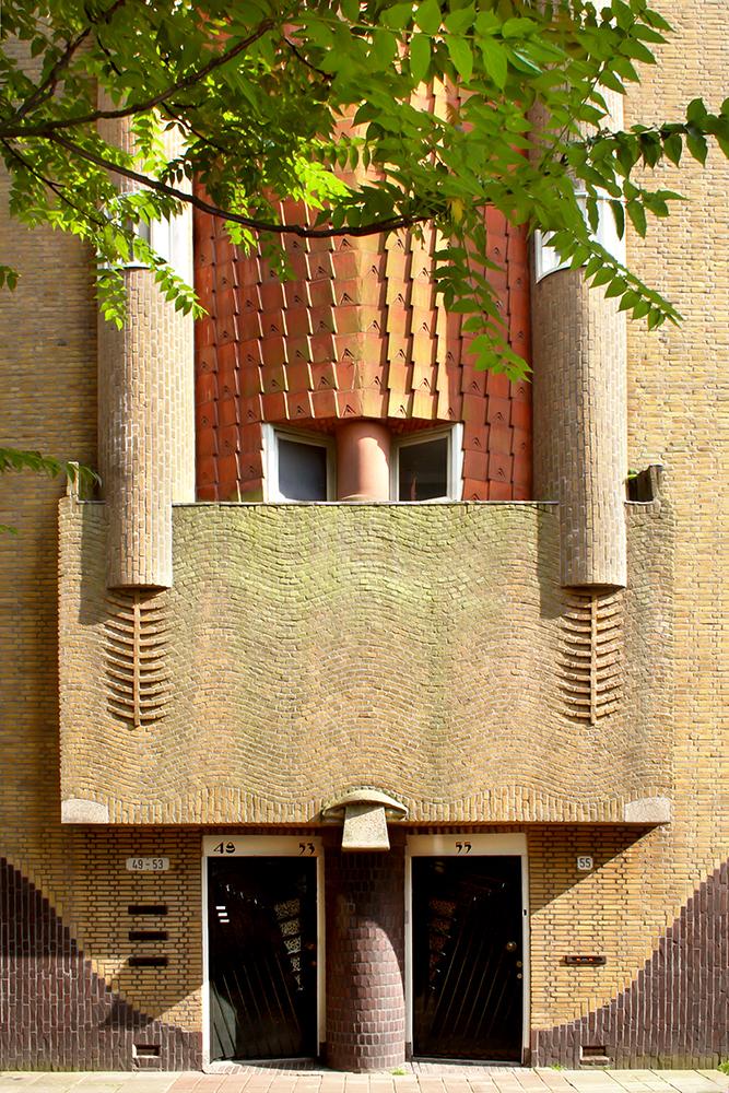 Detail woningbouwcomplex aan het Spaarndammerplantsoen, Amsterdam. Architect Michel de Klerk.