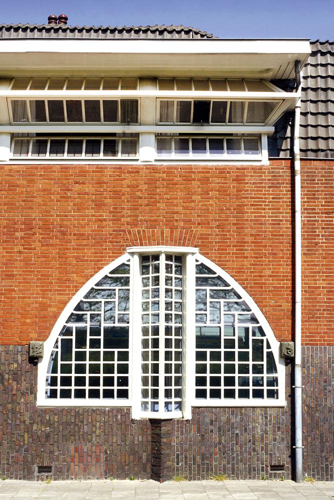 Raampartij van woningbouwcomplex 'het Schip', Amsterdam. Architect Michel de Klerk.