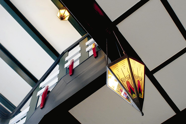Trappenhuis met originele verlichting in boerderij, Garsthuizen. Architect B. Jager.