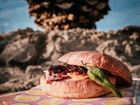 Roastbeef-Sandwich mit Cheddar, rotem Zwiebel-Chutney und Mango-Curry-Mayo