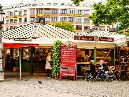 Münchenliebe, hektisches Biergarten - Treiben und der Obatzda
