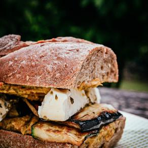 Antipasti Sandwich mit Paprika Hummus & Thymian Limonade