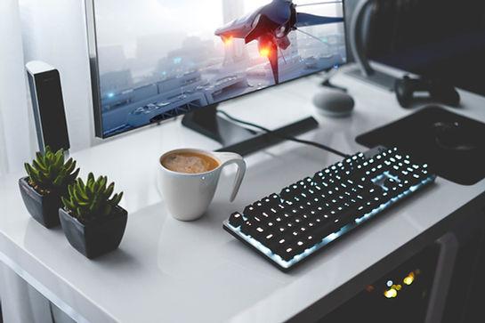 Clavier, tasse de café et écran d'ordinateur