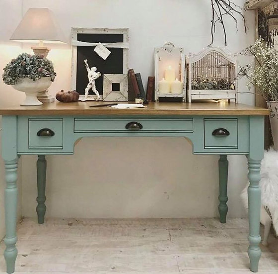Traditional 3 drawer writing desk