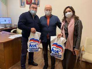 Александр Новьюхов передал продуктовые наборы медикам Березовской районной больницы