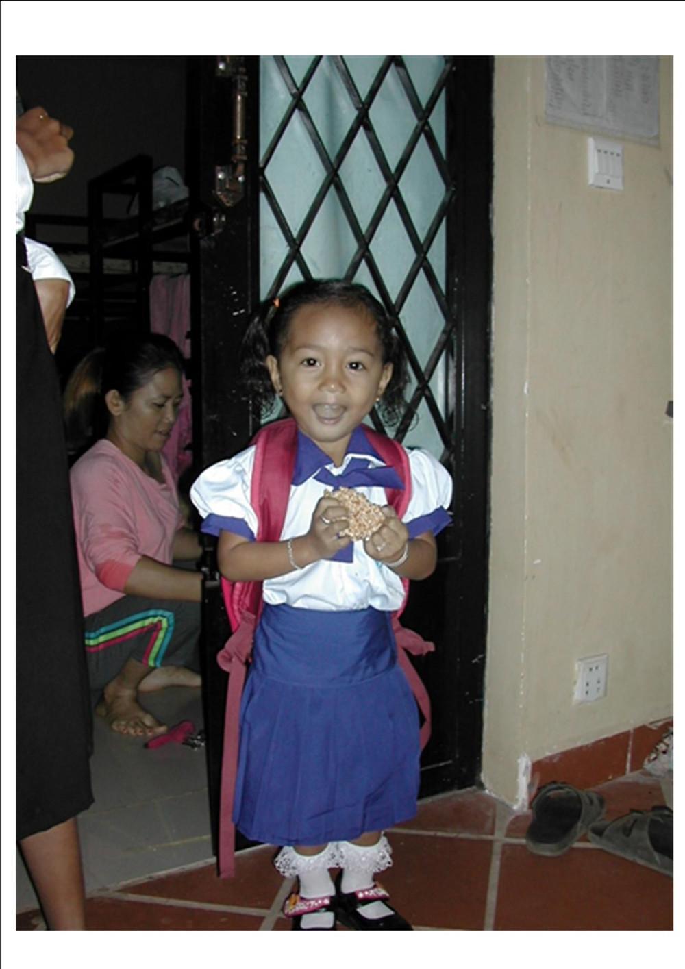 Lyna, 3 ans est heureuse, elle aussi d'aller à l'école