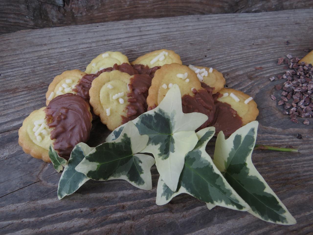 Biscotto con granella di zucchero e cioccolato al latte