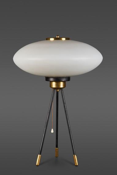 AN ELEGANT ITALIAN STILNOVO OPALINE GLASS TABLE LAMP