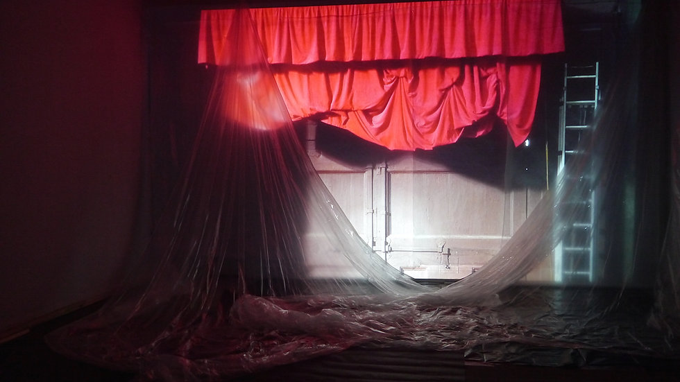 Divine Enfant, artiste, red curtain