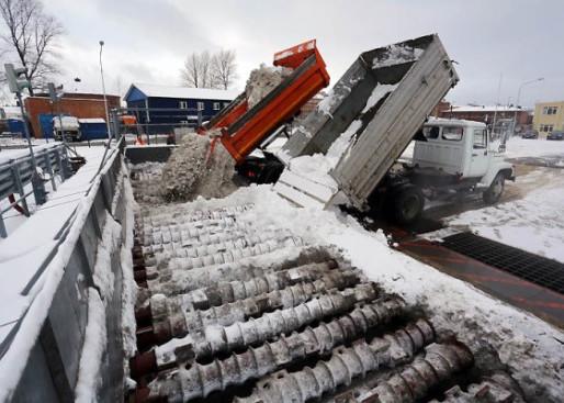 Механизированная уборка снега трактором