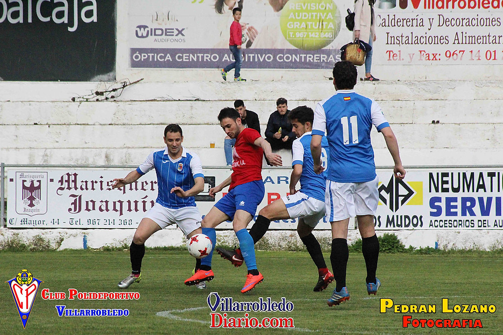Imagen de Piojo, jugador del CP Villarrobledo, rodeado de rivales.