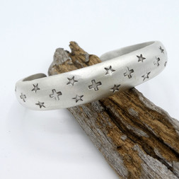 C28 Stars and crosses stamped cuff