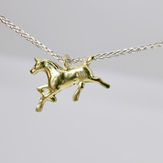N8. 18ct horse on sterling chain