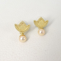 E16. 18ct gold tulip earrings pink freshwater pearls. No stones.
