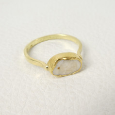 R17. Elk tooth with 22ct bezel and 18ct shank ring