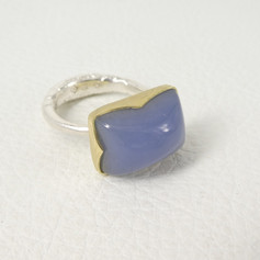 R9. Blue chalcedony candy ring 18ct and sterling