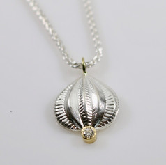 N9. Sterling onion,18ct with diamond