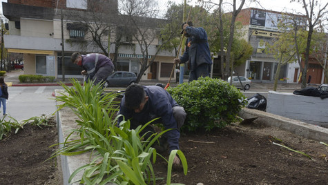 Realizan tareas de parquizado y embellecimiento en el Parque Urbano