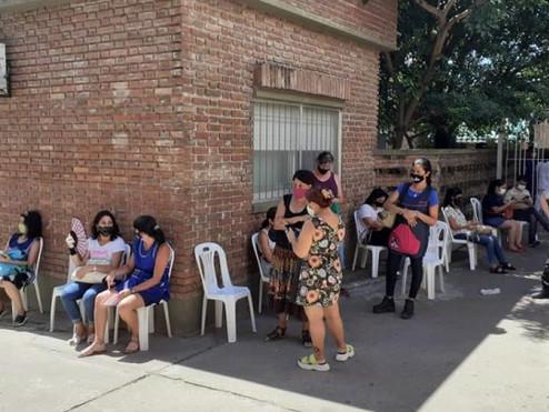 Caos, demoras y enojos en el Hospital San José durante la vacunación a docentes