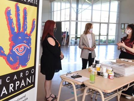 Entregaron material didáctico para estudiantes de la Escuela de Arte