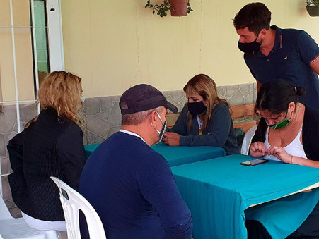 Alejo Sarna y su equipo inscribieron a vecinos del barrio Del Pino para recibir la vacuna