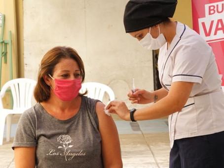 Lorena, la primera en recibir la vacuna en la Escuela 2