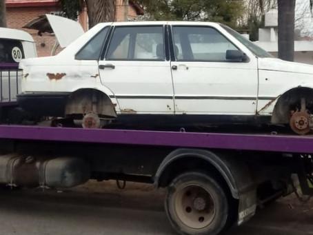 Retiran vehículos abandonados en la vía pública