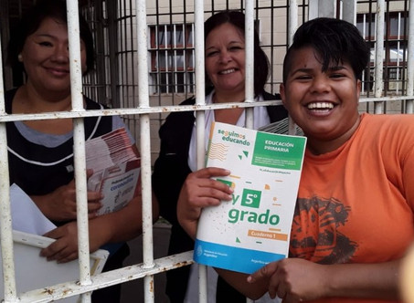 """La escuela de la cárcel de Campana recibió los cuadernillos del programa """"Seguimos Educando"""""""