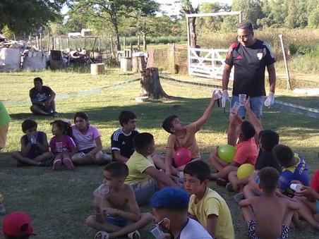 Papá Noel se quedó en casa: se realizó una actividad solidaria en el barrio Lubo