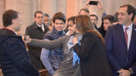 La gobernadora Vidal posó con el pañuelo celeste ''pro-life''