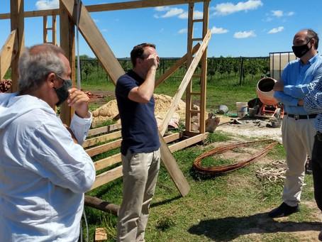 Funcionarios visitaron un emprendimiento de producción de vinos en la ciudad