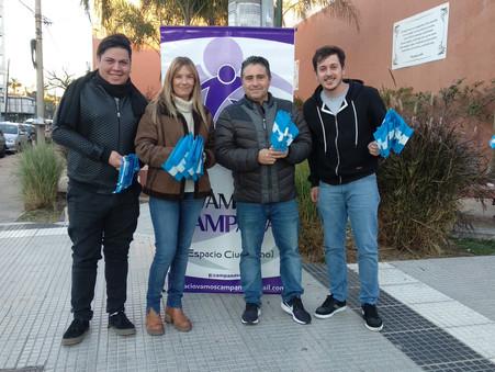 El equipo de Vamos Campana regaló banderitas por el Día de la Bandera