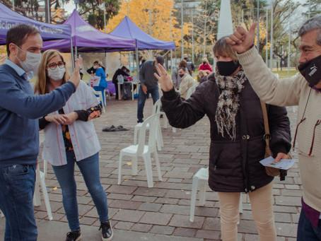 Cientos de vecinos se vacunaron contra la Gripe y la Neumonía en la Plaza Eduardo Costa
