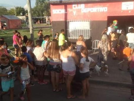 El  Club Juventud Unida entregó útiles escolares a los niños del barrio Lubo