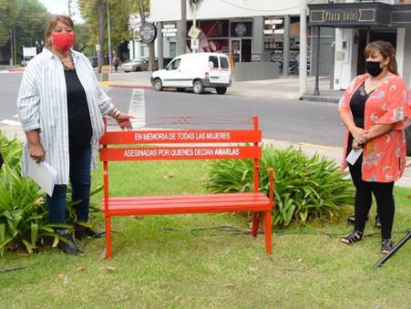 Inauguraron un nuevo banco rojo por el Día Internacional de la Mujer