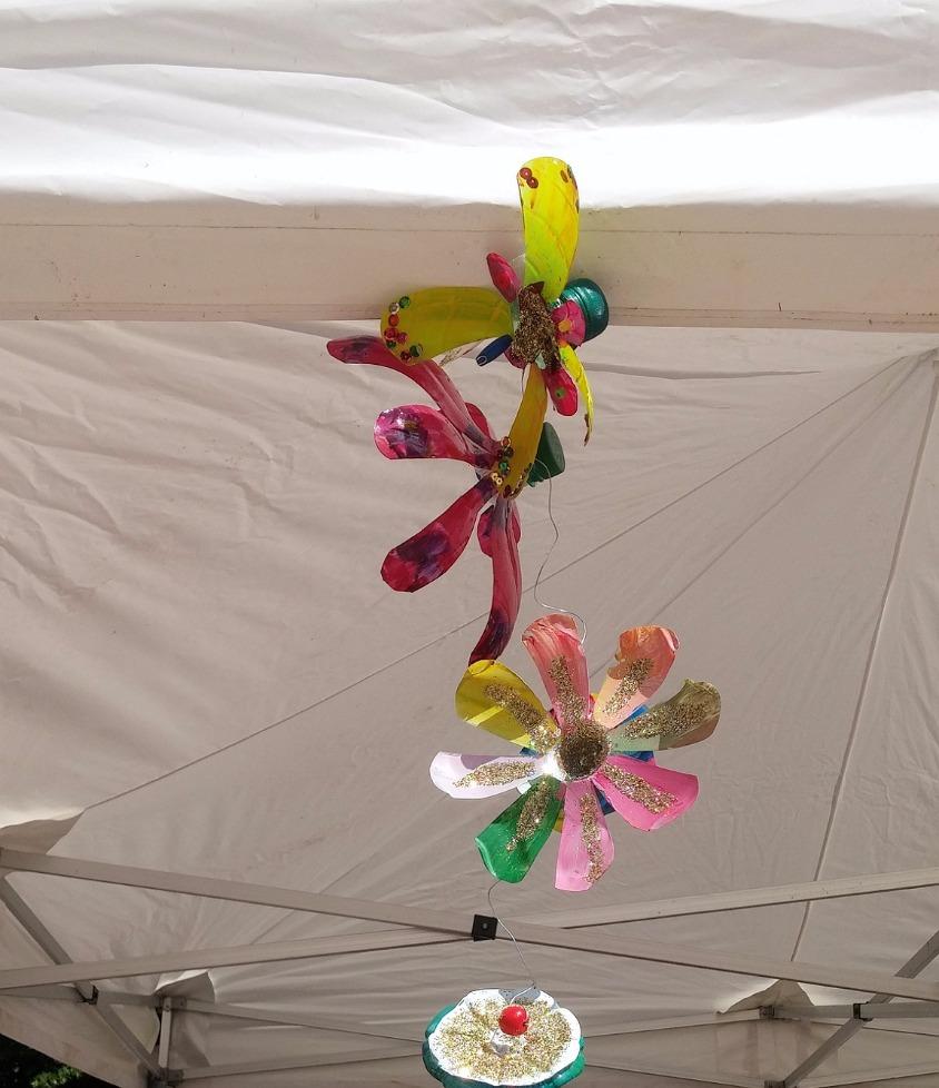 macadam, fleurs bouchons plastiques