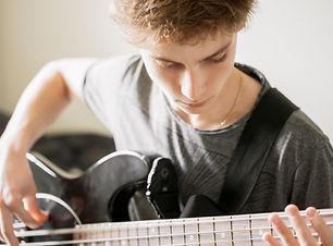 Teenager, der Gitarre spielt