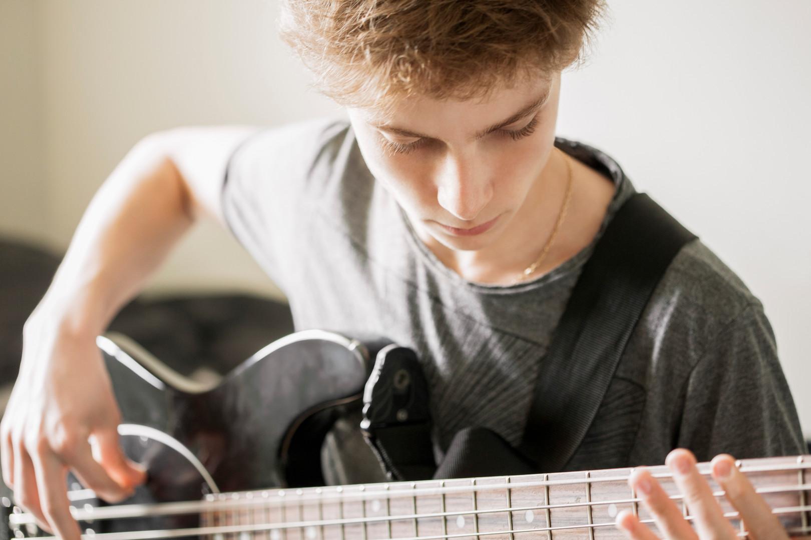 Teenger tocando la guitarra