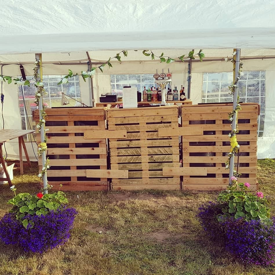 pallet bar and flowers