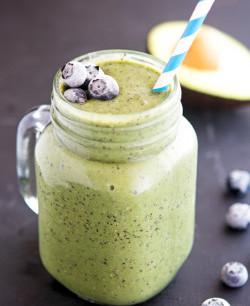 Blauwe bessen, avocado, spinazie smoothie