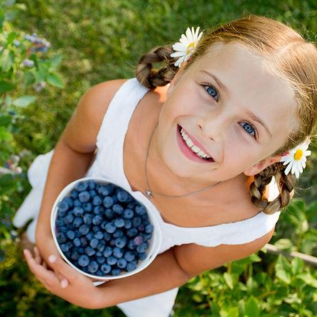 Meisje met blauwe bessen
