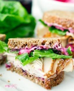 Sandwich met blauwe bessen mayonaise