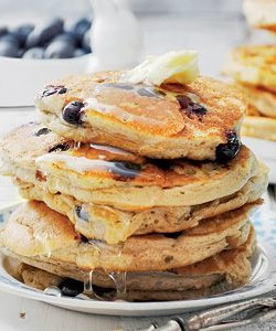 Ontbijt pannenkoek met blauwe bessen