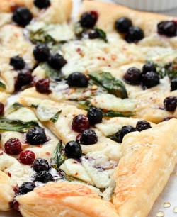 Blauwe bessen ricotta pizza