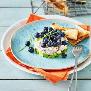 Taartje van kip, avocado en blauwe bessen
