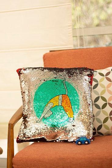 כרית פייטים מאויירת- חתול יוגה- בעיצוב אילת בר נוי