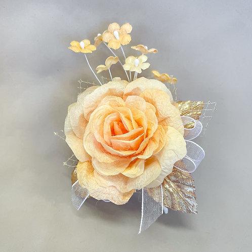 黄色の大きいバラのコサージュ