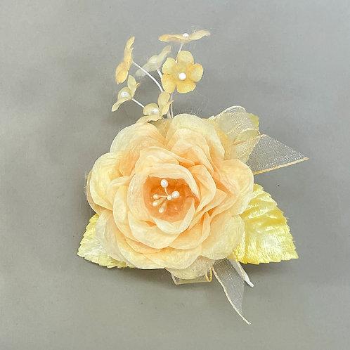 黄色いバラのコサージュ
